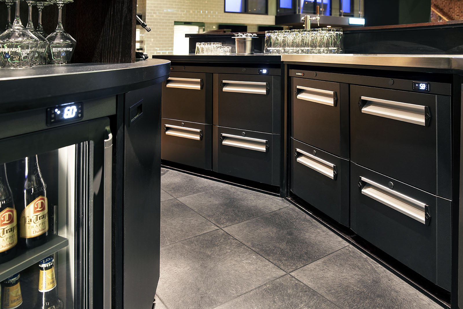 Gamko koelkasten onder en achter de bar